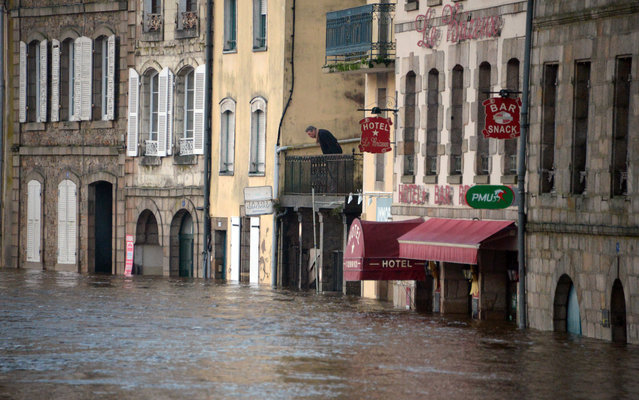 A man looks at the level of water on January 2, 2014 in the city center of the western city of Quimperle flooded by the Laita river. Britanny is placed under flood warning due to heavy rains and high tidal coefficient. (Photo by Damien Meyer/AFP Photo)