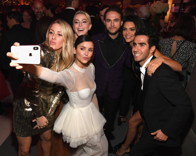 (L-R) Ellie Goulding, Julianne Hough, Nina Dobrev, Zedd, and Kendall Jenner pose for a selfie during the 2019 Vanity Fair Oscar Party hosted by Radhika Jones at Wallis Annenberg Center for the Performing Arts on February 24, 2019 in Beverly Hills, California. (Photo by Kevin Mazur/VF19/WireImage)