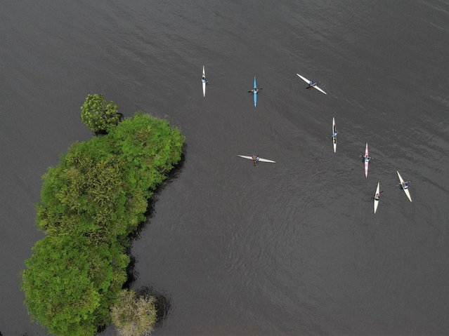 Ribeirinhos (river dwellers) and indigenous people of the Kambeba ethnic group, take part in a canoeing class as part of the Indigenous Canoeing project of the Brazilian Canoeing Confederation (CBCa) and the Sustainable Amazon Foundation (FAS) on Cueiras river, an affluent of the Negro River at Tres Unidos community in Manaus, Amazonas state, Brazil, August 13, 2021. (Photo by Bruno Kelly/Reuters)