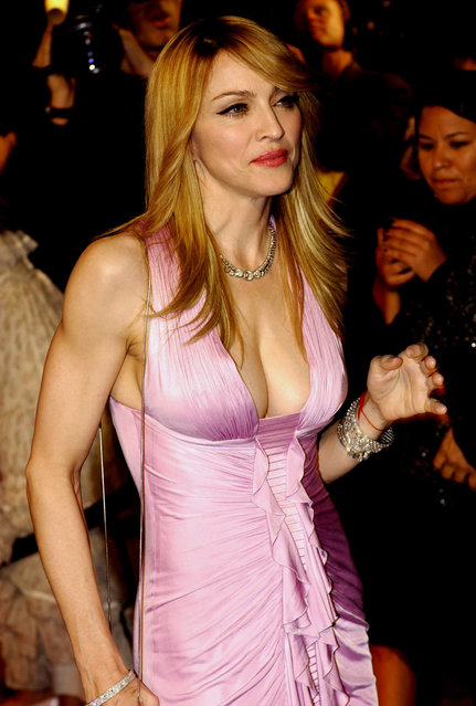 Madonna arrives at the Vanity Fair Dinner And After Party at Mortons celebrating the 78 th Academy Awards, 05 March 2006, in West Hollywood, California. Old- style glamour and star wattage lit up the 78 th annual Academy Awards as the world' s biggest movie stars came out to dazzle on Hollywood' s biggest night. (Photo by Rich Schmitt/AFP Photo)