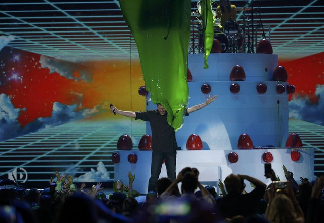 "Show host Blake Shelton is ""slimed"" on stage at the conclusion of Nickelodeon's 2016 Kids' Choice Awards in Inglewood, California March 12, 2016. (Photo by Mario Anzuoni/Reuters)"