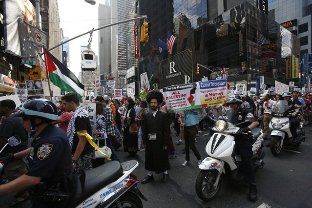 An Orthodox Jew joins Palestinians taking part in a protest in New York, against Israeli military action in Gaza, August 9, 2014. Israel launched more than 30 air attacks in Gaza on Saturday, killing nine Palestinians, and militants fired rockets at Israel as the conflict entered a second month, defying international efforts to revive a ceasefire. (Photo by Eduardo Munoz/Reuters)