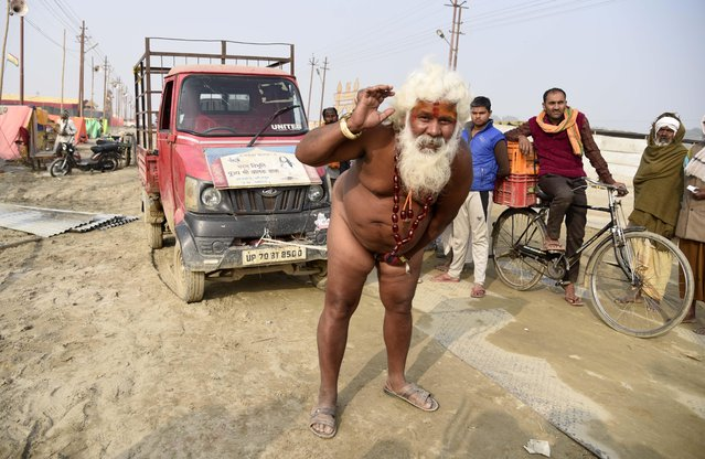 A naked holy man pulls a vehicle using his pen*s during the Magh mela festival in Allahabad, India on January 3, 2018. (Photo by Prabhat Kumar Verma/ZUMA Wire/Rex Features/Shutterstock)