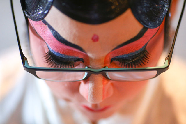 A member of a Chinese opera troupe applies make-up before performing at a shrine during the annual vegetarian festival in Bangkok, Thailand, October 4, 2016. (Photo by Athit Perawongmetha/Reuters)