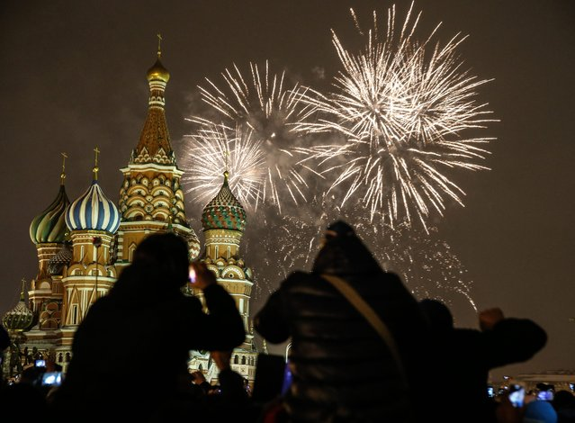 Fireworks break out over the St.Basil's cathedral as hundreds of tourists and  Russians gather at the Red square to mark the New Year in Moscow, Russia, 01 January 2015. (Photo by Sergei Ilnitsky/EPA)