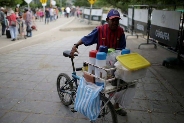A man sells coffee at the Simon Bolivar international bridge in Cucuta, Colombia December 1, 2016. (Photo by Marco Bello/Reuters)