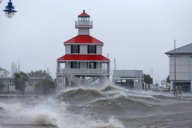 Waves crash against the New Canal Lighthouse on Lake Pontchartrain as the effects of Hurricane Ida begin to be felt in New Orleans, Louisiana, August 29, 2021. (Photo by Michael DeMocker/USA TODAY Network via Reuters)