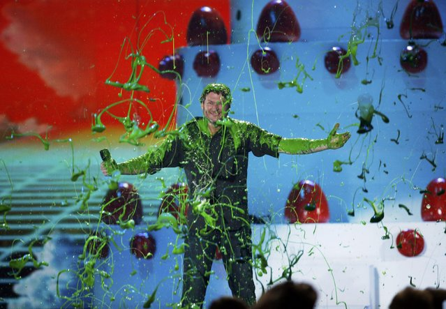 "Show host Blake Shelton is ""slimed"" during Nickelodeon's 2016 Kids' Choice Awards in Inglewood, California March 12, 2016. (Photo by Mario Anzuoni/Reuters)"