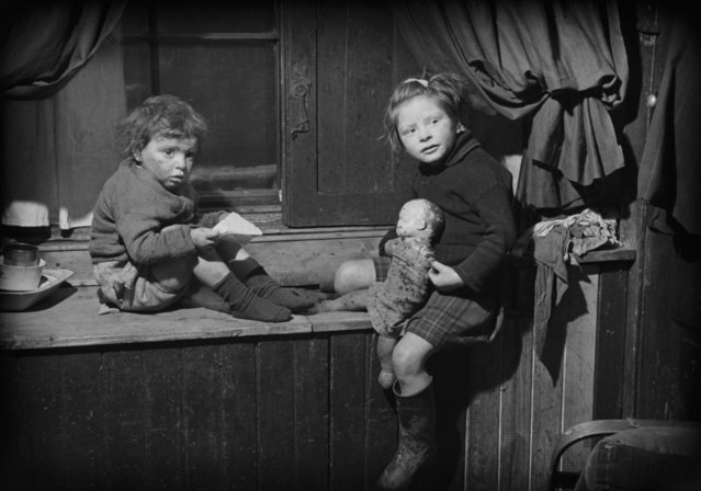 Two children at home in the Gorbals area of Glasgow on January 31, 1948. (Photo by Bert Hardy/Picture Post/Getty Images)
