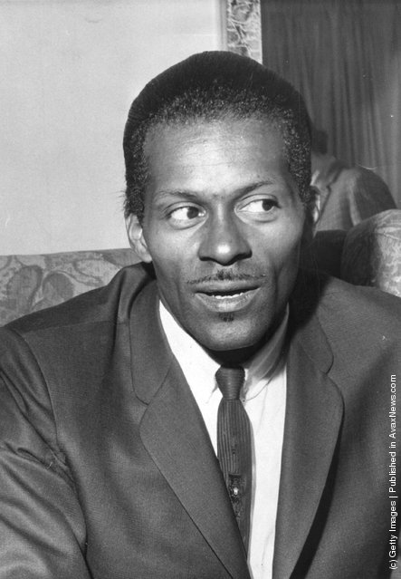 American rock 'n' roll singer, songwriter and guitarist Charles 'Chuck' Berry, one of the biggest influences on pre-Beatles pop