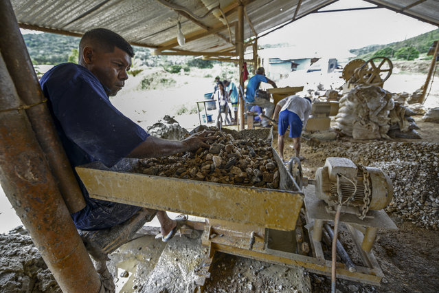 A man works at a stone crusher machine in a gold mine in El Callao, Bolivar state, southeastern Venezuela on February 25, 2017. (Photo by Juan Barreto/AFP Photo)