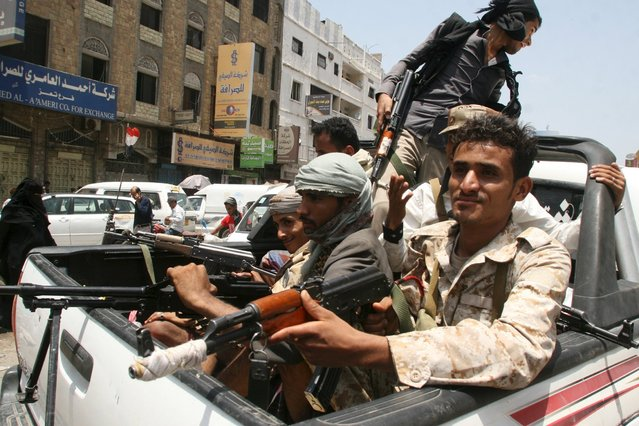 Militants loyal to Yemen's exiled government ride on the back of a pick-up truck in the country's central city of Taiz August 19, 2015. Militia forces loyal to Yemen's exiled government fought their way deep into the central city of Taiz this week, local officials said, largely pushing out Houthi militiamen from the country's third largest city. (Photo by Reuters/Stringer)