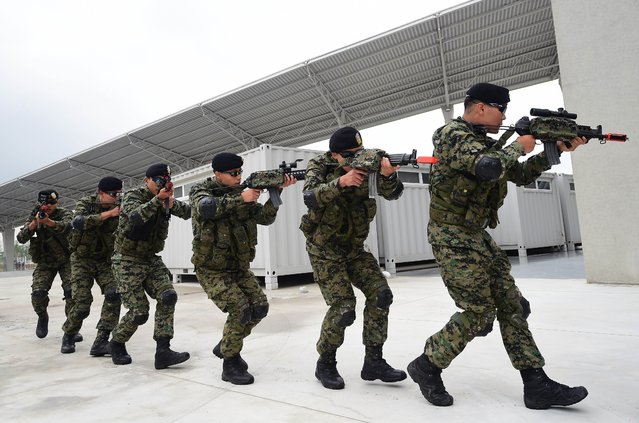 South Korean soldiers move to a position during an anti-terror drill at the main stadium for the 2014 Asian Games in Incheon, west of Seoul, on August 6, 2014. The 2014 Asian Games will take place between September 19 and October 4, with Asia's top althetes comepting across 36 sports. (Photo by Jung Yeon-Je/AFP Photo)