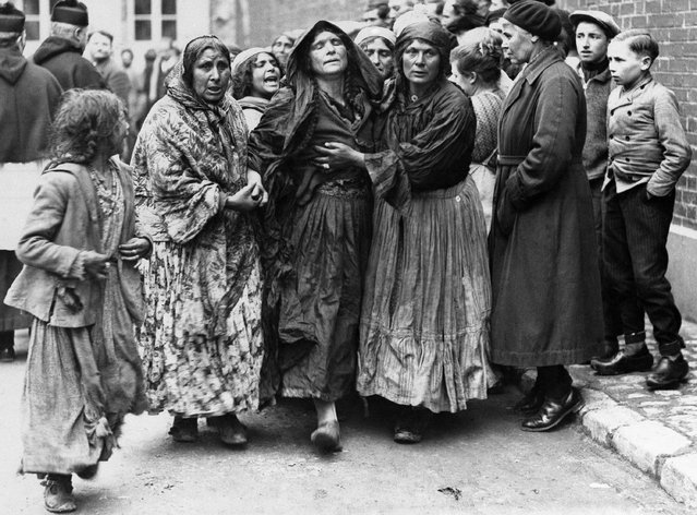 Women mourn at the funeral of Carlos, Gypsy King, who was murdered at Noyen, France, in a tribal feud. Grief-stricken Gypsies follow the cortege to the grave in France, February 24, 1933. (Photo by AP Photo)