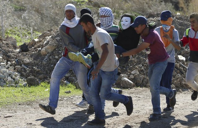 Palestinian protesters evacuate their fellow protester who was shot by Israeli troops during clashes in the West Bank city of Tulkarm November 12, 2015. (Photo by Ahmad Talat/Reuters)