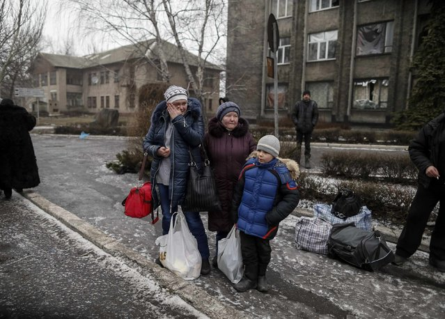 Local residents wait for a bus to flee the conflict in Debaltseve, eastern Ukraine, February 6, 2015. (Photo by Gleb Garanich/Reuters)