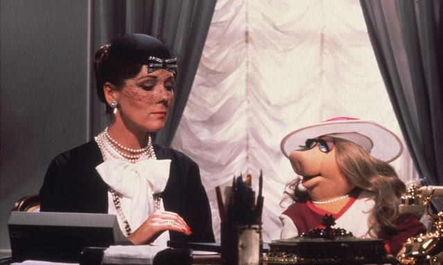 "Lady Holiday, played by Diana Rigg, gives instructions to her secretary, Miss Piggy, in Jim Henson's ""The Great Muppet Caper"", 1981. (Photo by Hulton Archive/Getty Images)"