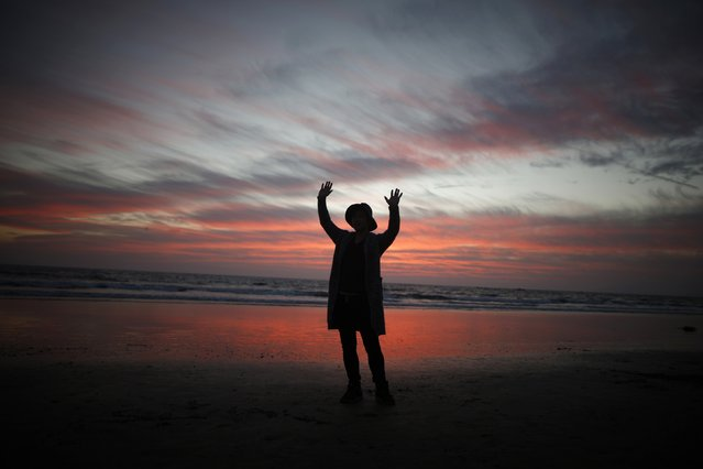 A man poses for a friend during sunset in Santa Monica, California February 5, 2015. (Photo by Lucy Nicholson/Reuters)
