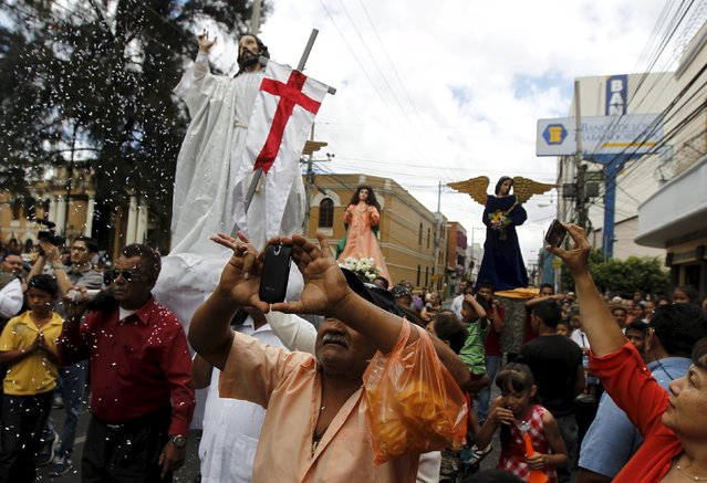 Hundreds of devoted Catholics from Honduras carry statues of Saints as they participate in an Easter Sunday procession in Tegucigalpa April 5, 2015. Members of the church carry the figures through the streets representing Christ's resurrection. (Photo by Jorge Cabrera/Reuters)