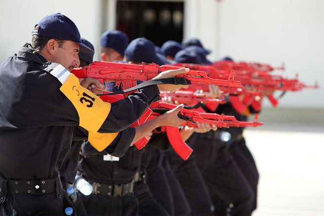 Iraqi Police learn weapons handling with the AK-47 at the Jordan International Police Training Center September 4, 2005 in Amman, Jordan. (Photo by Scott Olson/Getty Images)