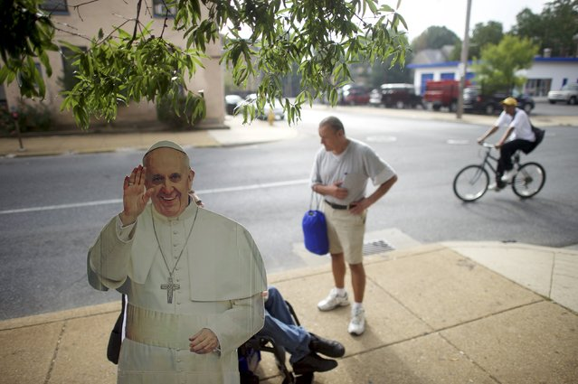 Paul Tanner, the co-creator of the Pop-Up Pope (seated in a wheelchair behind a cardboard cut-out of Pope Francis), gives advice on accommodation for the homeless outside Westminster Presbyterian Church in Wilmington, Delaware, September 19, 2015. (Photo by Mark Makela/Reuters)