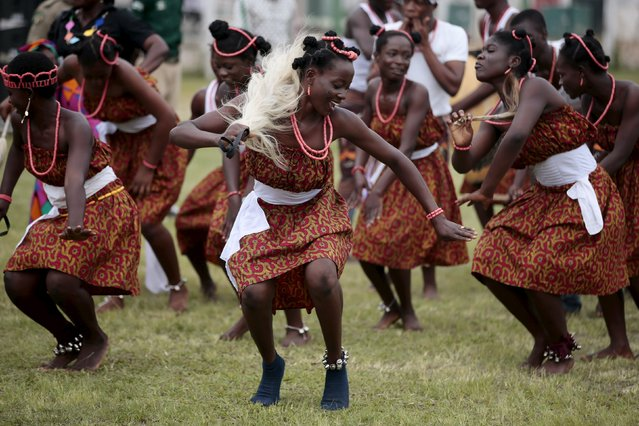 Students of JSS Dutse Alhaji participate in a cultural dance performance during celebrations to commemorate Nigeria's 55th Independence Day in Abuja, Nigeria, October 1, 2015. (Photo by Afolabi Sotunde/Reuters)