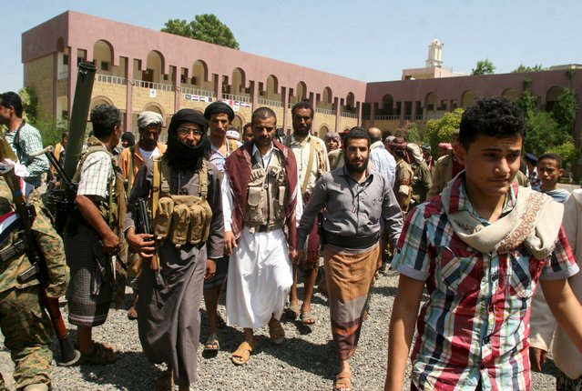 Armed fighters of the Popular Resistance Committees escort their leader Hammoud Al-Mikhlafi (C) during a graduation ceremony of the affiliate special forces of the resistance, in Yemen's southwestern city of Taiz October 8, 2015. (Photo by Reuters/Stringer)