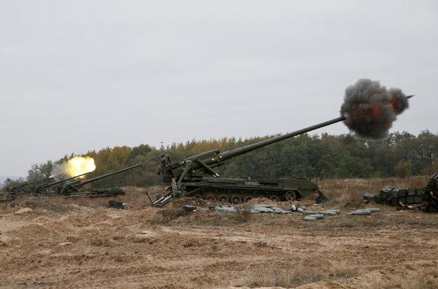 Ukrainian servicemen fire 2S7 Pion self-propelled guns during military exercises near the village of Divychky in Kiev region, Ukraine, October 21, 2016. (Photo by Valentyn Ogirenko/Reuters)