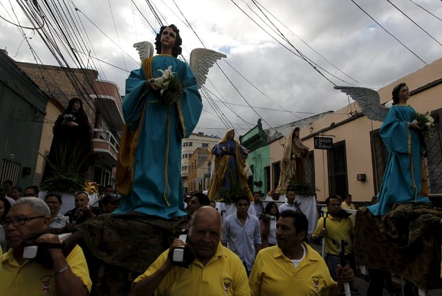 Hundreds of devoted Catholics from Honduras carry statues of Saints as they participate in an Easter Sunday procession in Tegucigalpa April 5, 2015. (Photo by Jorge Cabrera/Reuters)