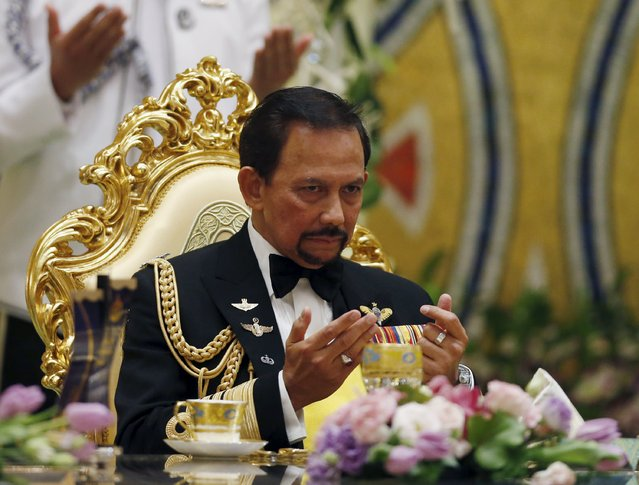 Bruneios Sultan Hassanal Bolkiah prays during the wedding banquet of newly wed royal couple, Prince Abdul Malik and Dayangku Raabi'atul 'Adawiyyah Pengiran Haji Bolkiah, at the Nurul Iman Palace in Bandar Seri Begawan April 12, 2015. (Photo by Olivia Harris/Reuters)