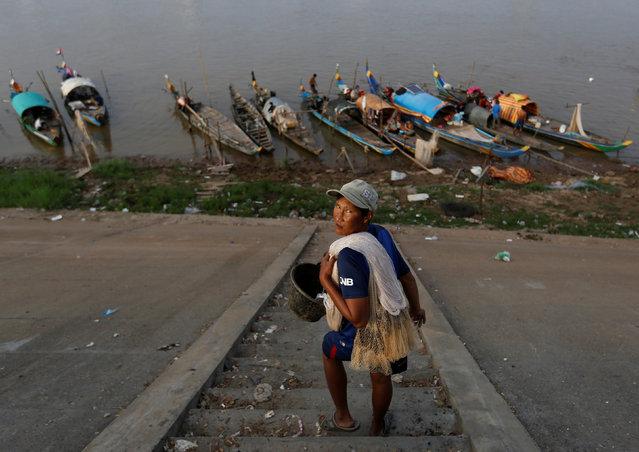 A man carries his fishing net on Tonle Basac river bank in Phnom Penh, Cambodia, January 20, 2017. (Photo by Samrang Pring/Reuters)