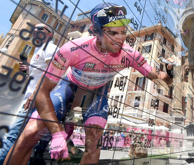 Overall leader Michael Matthews signs the starting list prior to the start the third stage of the Giro d'Italia, Tour of Italy cycling race, from Rapallo to Sestri Levante, Italy, Monday, May 11, 2015. (Photo by Daniel Dal Zennaro/ANSA via AP Photo)