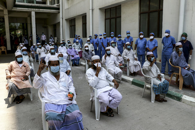 30 COVID-19 patients are being discharged from the hospital accompanied by applauds in the hospital premises in Chennai, India on April 17, 2020. (Photo by Ash Ley/Pacific Press/Rex Features/Shutterstock)