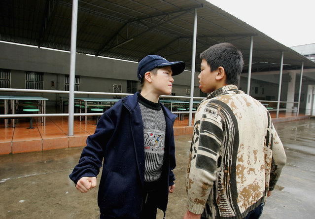 Chinese kids square up to each other during a fight at an assistance center February 24, 2005 in Shenzhen, Guangdong Province, China. (Photo by Cancan Chu/Getty Images)