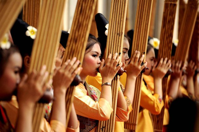 Performers rehearse using a Khean instrument during the 28th Association of Southeast Asian Nations (ASEAN) Summit at the National Convention Centre (NCC) in Vientiane on September 5, 2016. (Photo by Noel Celis/AFP Photo)