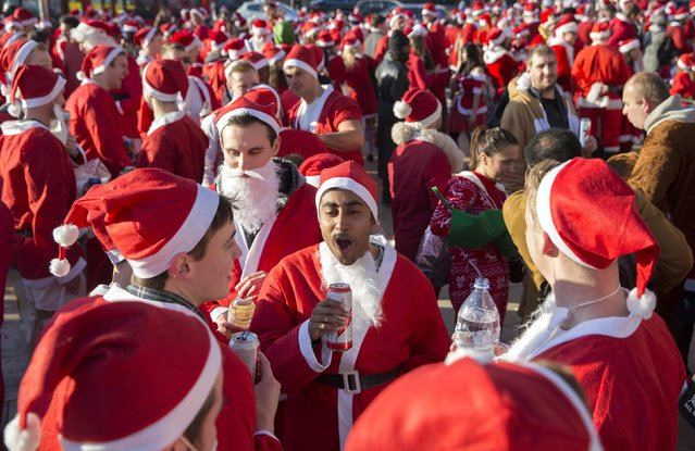 Participants dressed as Santa Claus sing during the annual SantaCon event in London December 6, 2014. (Photo by Neil Hall/Reuters)
