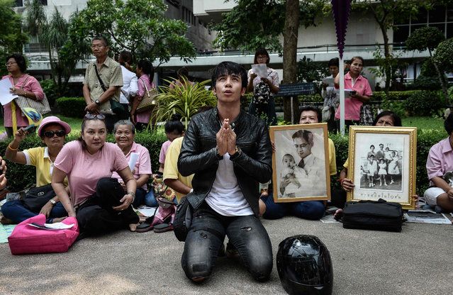 Supporters of Thailand' s King Bhumibol Adulyadej pray at Siriraj Hospital, where the king is being treated, in Bangkok on October 13, 2016 Well- wishers kept up their vigil outside a Bangkok hospital on October 13, offering prayers for ailing King Bhumibol Adulyadej as Thailand faces the prospect of losing its figure of unity in a deeply polarized nation. (Photo by Lillian Suwanrumpha/AFP Photo)