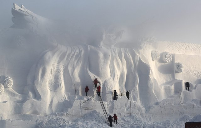 Craftsmen polish a snow sculpture at a park in Changchun, Jilin province December 25, 2014. (Photo by Reuters/Stringer)
