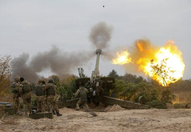 Ukrainian servicemen fire a 2A65 Msta-B howitzer during military exercises near the village of Divychky in Kiev region, Ukraine, October 21, 2016. (Photo by Valentyn Ogirenko/Reuters)