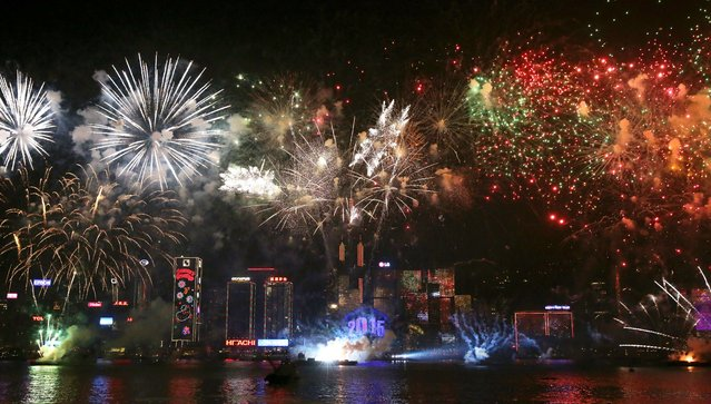 Fireworks explode over Victoria Harbour in Hong Kong on January 1, 2015. Just like previous years, the city's iconic skyline along Victoria Harbour will light up with an eight-minute pyrotechnic display, as tens of thousdands of partygoers will flock to the waterfront to celebrate. (Photo by Isaac Lawrence/AFP Photo)