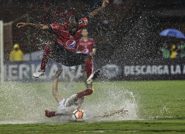 Colombia' s Independiente Medellin Juan Fernando Caicedo (top) vies for the ball with Paraguay' s Sol de America Gustavo Velazquez during a 2018 Copa Sudamericana football match at Atanasio Girardot stadium in Medellin, Colombia on May 10, 2018. (Photo by Joaquin Sarmiento/AFP Photo)