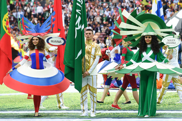 Artists wear the colours of Russia and Saudi Arabia, the two teams who will compete in the opening match between Russia and Saudi Arabia at the Luzhniki Stadium in Moscow on June 14, 2018. (Photo by Patrik Stollarz/AFP Photo)