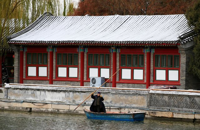 A cleaner travels in a boat after a snowfall at Beihai Park in central Beijing, China, November 21, 2016. (Photo by Jason Lee/Reuters)