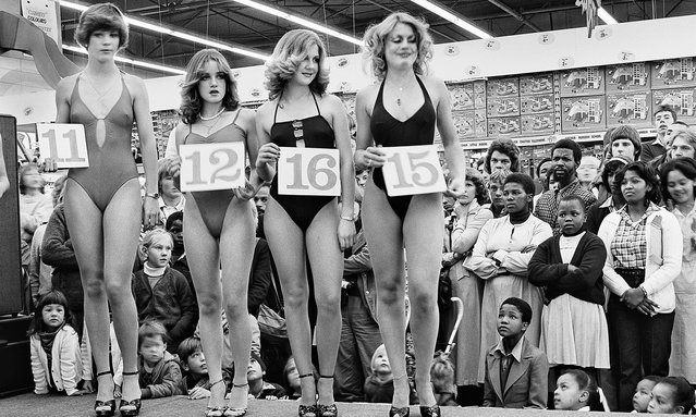 Miss Lovely Legs competition at the Pick 'n Pay hypermarket in Boksburg, South Africa, 1980. (Photo by David Goldblatt/Museum of Contemporary Art Australia)