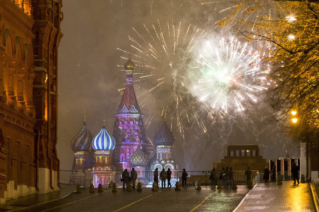 Fireworks explode over the Kremlin in Red Square which was blocked by police during New Year celebrations in Moscow, Russia, Sunday, January 1, 2017. New Year's Eve is Russia's major gift-giving holiday, and big Russian cities were awash in festive lights and decorations. (Photo by Alexander Zemlianichenko Jr./AP Photo)