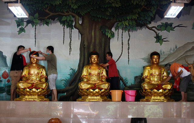 Indonesian ethnic Chinese devotees wash Buddha statues at  Amurva Bhumi temple in preparation for the upcoming Lunar New Year in Jakarta, Indonesia, January 20, 2017. (Photo by Fatima El-Kareem/Reuters)