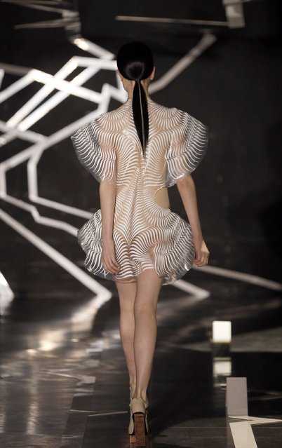 A model walks the runway during the Iris Van Herpen Spring Summer 2017 show as part of Paris Fashion Week on January 23, 2017 in Paris, France. (Photo by Thierry Chesnot/Getty Images)