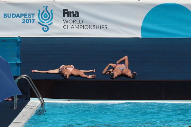 Athlete rest before the Women Solo free routine final during the synchronised swimming competition at the 2017 FINA World Championships in Budapest, on July 19, 2017. (Photo by Ferenc Isza/AFP Photo)