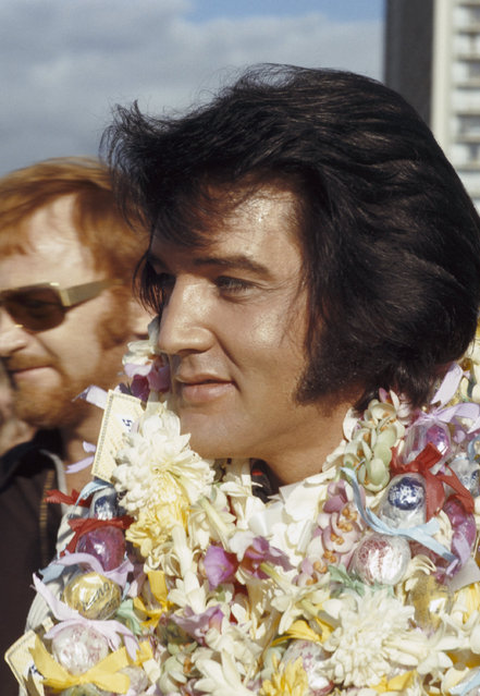 Elvis Presley arrives in Hawaii for his televised concert, 1973. (Photo by Gary Null/NBCU Photo Bank)