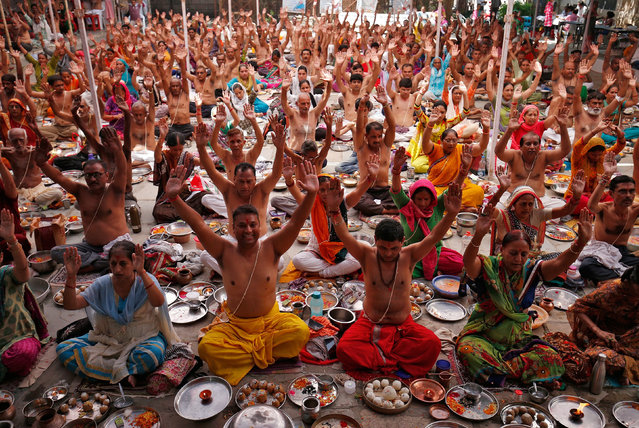 """Hindus perform rituals as part of their prayers during """"Pitra Paksha"""", a period of sixteen days when Hindus pay homage to their ancestors, in Ahmedabad, India, September 20, 2017. (Photo by Amit Dave/Reuters)"""